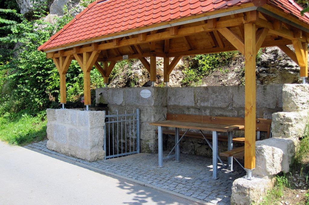 Der Schatzbrunnen mit Bedachung