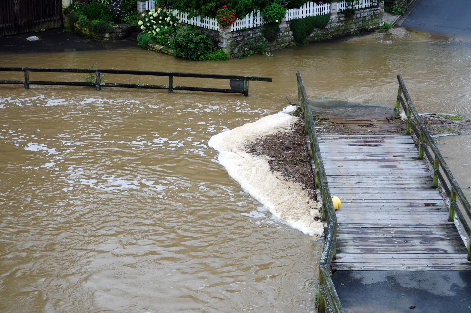 Vieles wurde vom Hochwasser mitgerissen und blieb an der Holzbrücke hängen
