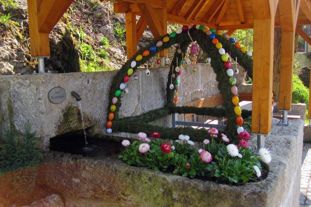 Ein neues Blumenbeet schmückt den Brunnen