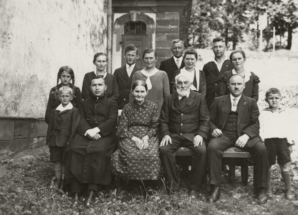 Historische Ansichten - Eine uns unbekannte Familie bei der St. Martin Kirche in Nankendorf