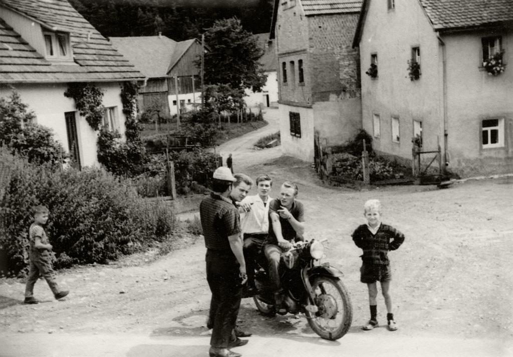 Historische Ansichten - Junge Erwachsene bei einem Motorradrennen in Nankendorf