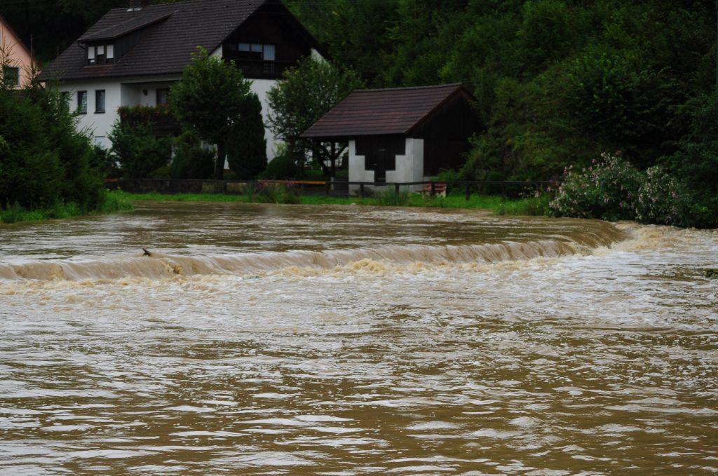 Das Wehr bei Hochwasser im Jahr 2010