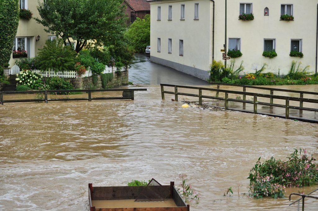 Die alte Holzbrücke bei Hochwasser im Jahr 2010
